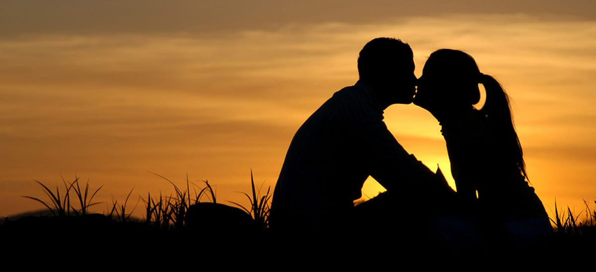 couple kissing in sunset